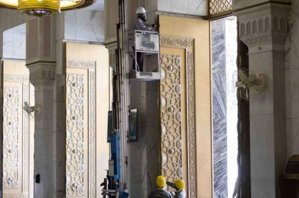 صيانة أبواب المسجد الحرام استعداداً لموسم الحج