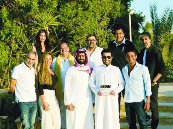المستشار تركي آل الشيخ مع بعض نجوم المسلسل الجديد «الثمانية»
