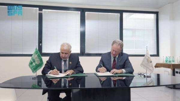 د.الربيعة يوقع الاتفاقية مع مسؤول برنامج الأغذية العالمي
