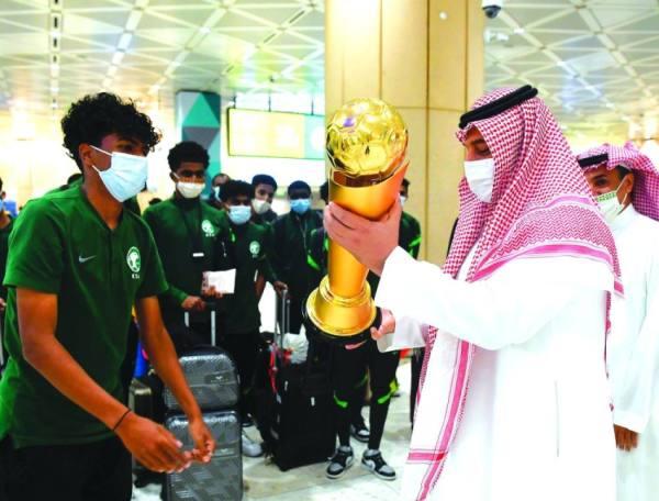أبطال كأس العرب يصلون الرياض