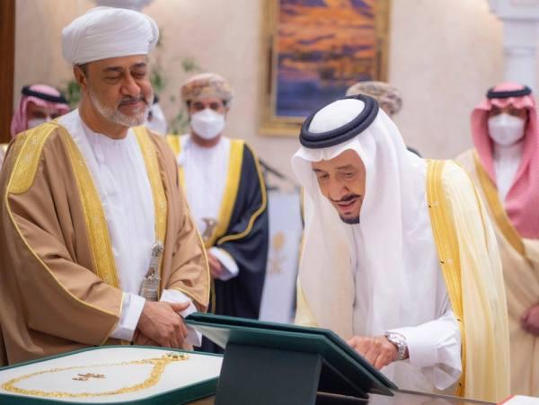 وسام عُماني رفيع لخادم الحرمين .. وقلادة الملك عبدالعزيز لسُلطان عمان
