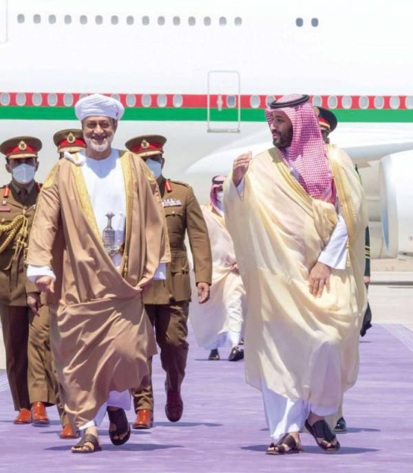 ولي العهد يستقبل سلطان عمان بمطار نيوم