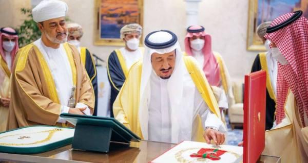 وسام عُماني رفيع لخادم الحرمين.. وقلادة الملك عبدالعزيز لسُلطان عمان