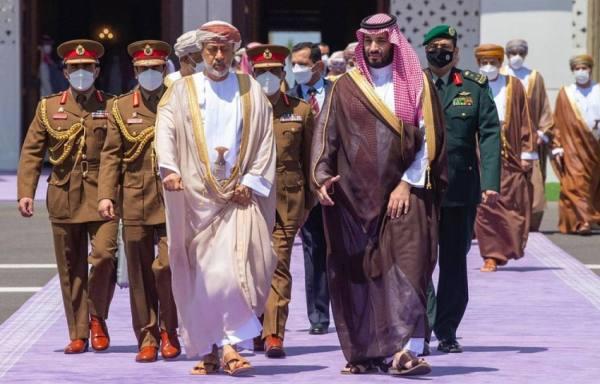 سلطان عُمان يغادر المملكة.. وولي العهد في وداعه بمطار خليج نيوم