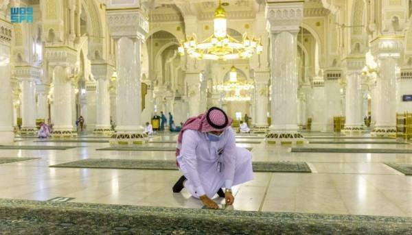 إعادة ترتيب ملصقات التباعد الجسدي بالمسجد الحرام