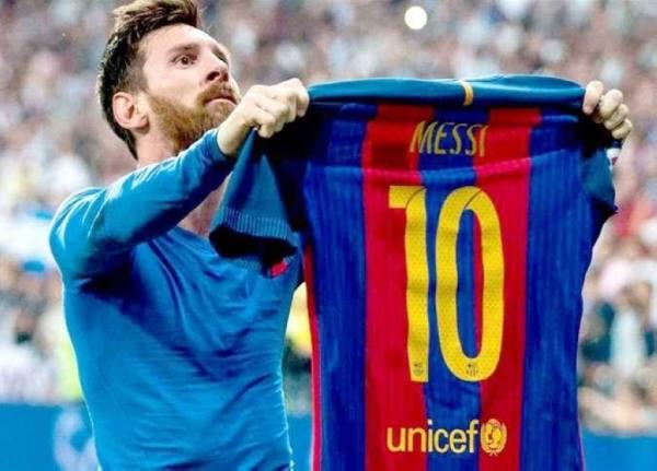 ميسي يضحي بنصف راتبه من أجل برشلونة