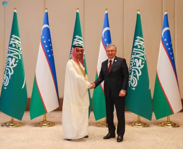 وزير الخارجية يبحث مع رئيس أوزبكستان تعزيز الاستثمارات الثنائية