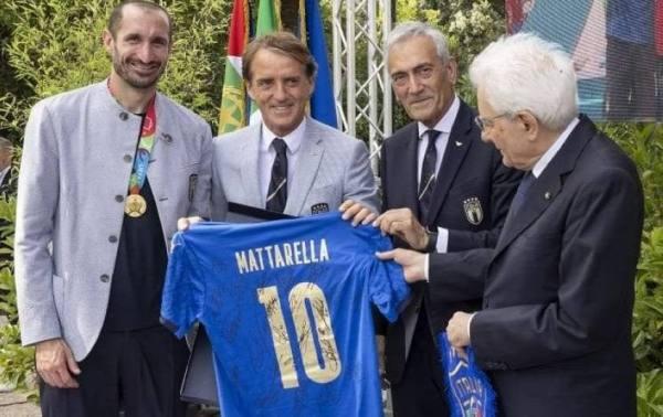 على طريقته الخاصة: الرئيس الإيطالي يكرم منتخب بلاده