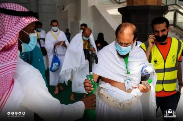 الرئاسة العامة لشؤون المسجد الحرام والمسجد النبوي توزع (20) ألف مظلة
