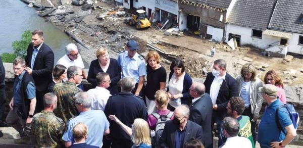 ميركل تزور الناجين من فيضانات أودت بـ183 شخصا في أوروبا