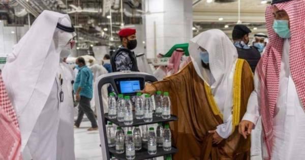 روبوتات ذكية وعربات عالية التقنية لتوزيع ماء زمزم
