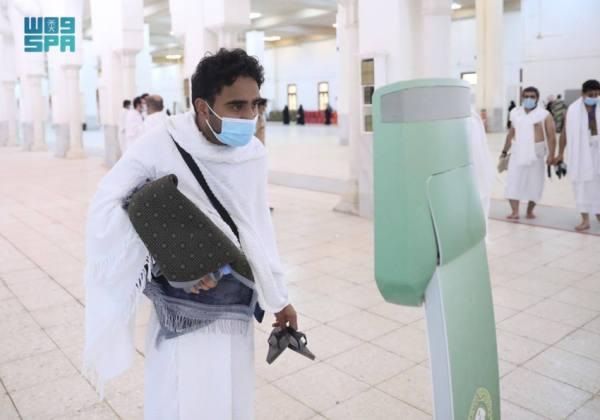 روبوت آلي يقدم الفتوى لضيوف الرحمن في مسجد نمرة
