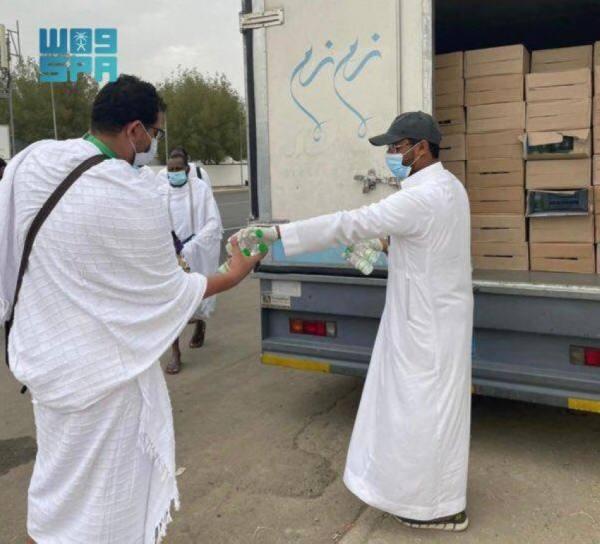 شؤون الحرمين تشارك في توزيع عبوات زمزم للحجاج في يوم عرفة