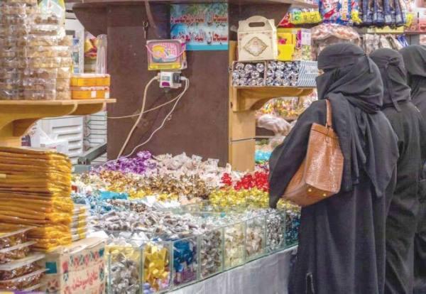 «ليلة العيد» تنعش مبيعات الحلويات والمكسرات