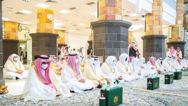 أمير مكة ونائبه وعدد من الحجاج يؤدون صلاة عيد الأضحى بالمسجد الحرام