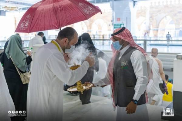 تطييب وتبخير بيت الله الحرام احتفاءً بضيوف الرحمن