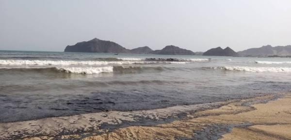 غرق ناقلة متروكة في خليج عدن وبقعة نفطية تلوث الساحل