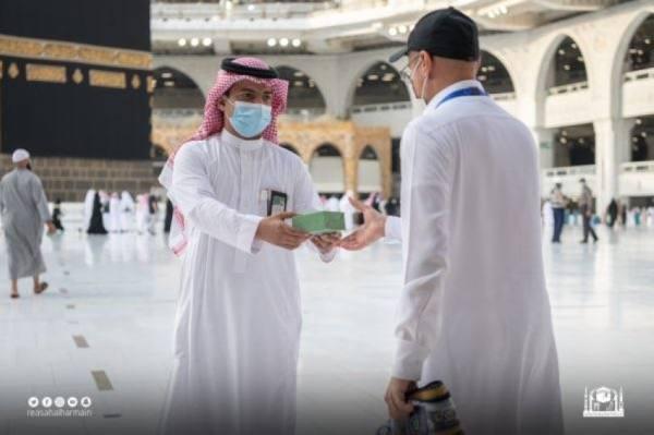 شؤون الحرمين توزع مراوح كهربائية يدوية لضيوف الرحمن