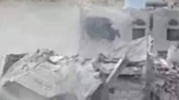 الحوثي يفجر منزل مواطن يمني..والإرياني: إرهاب وانتقام