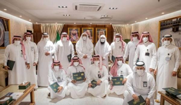 وكيل الرئيس العام لشؤون المسجد الحرام يكرم عدد من منسوبي الرئاسة