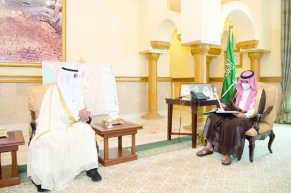 بدر بن سلطان يستعرض خطط التطويرمع أمين الطائف