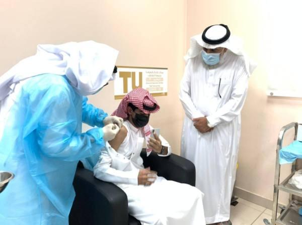 مديرا تعليم وجامعة الطائف يتفقدان سير عملية التطعيم
