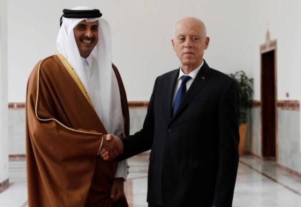 أمير قطر يستعرض مع