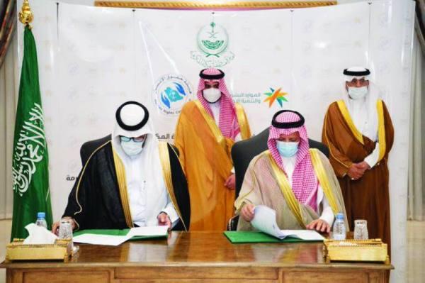 بدر بن سلطان يشهد التوقيع