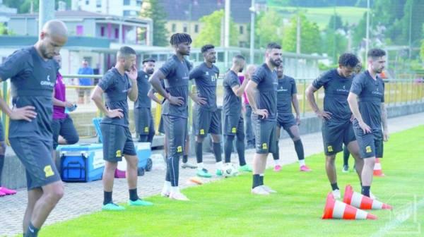لاعبو الاتحاد يستعدون لبدء حصة تدريبية