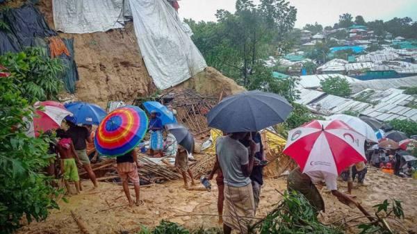 الفيضانات تودي بحياة عشرين شخصا وتعزل 300 ألف في بنغلادش