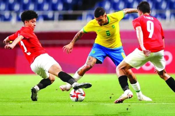 لاعب البرازيل وسط حصار من اثنين من لاعبي مصر