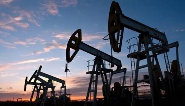 النفط يعوض خسائره ويرتفع 3.5%