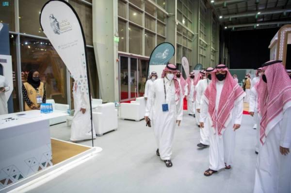 عبدالعزيز بن سعود يطلع على إنتاج كبرى مزارع الصقور