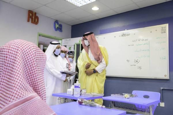 سعود بن خالد يقف على انطلاق العام الدراسي بمدارس المدينة المنورة