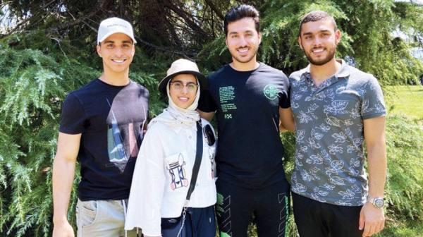 4 توائم من دبي يتخرجون في جامعة بريطانية
