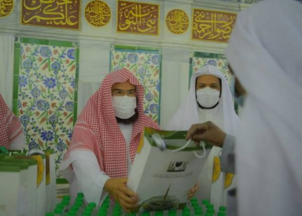 السديس يُشارك في توزيع الهدايا على زوار المسجد النبوي الشريف