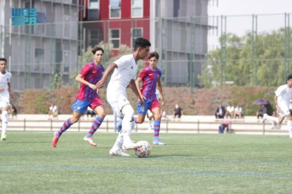 فريق نخبة لاعبي دوري المدارس يكتسب خبرة من برشلونة