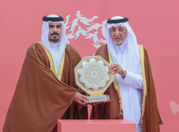 الفيصل يتوج الفائزين بمنافسات مهرجان ولي العهد للهجن