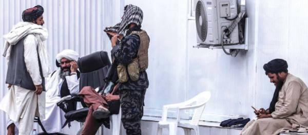 الشرطة الأفغانية تعود.. ونساء المطار يتمسكن بالعمل