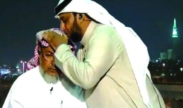 «المعلم العالمي» يقبل رأس والده على الهواء