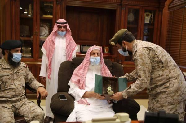 العميد القحطاني يعرض لسماحة المفتي جهود الإدارة العامة للشؤون الدينية بالقوات المسلحة