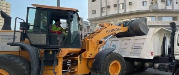 إزالة ١٥جلسة مخالفة ورفع ١٢٠ حاجز مواقف و ١٠ طن مخلفات بناء بمكة