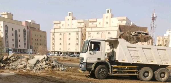 إزالة مخلفات بناء من 17 موقعاً بأحياء جدة