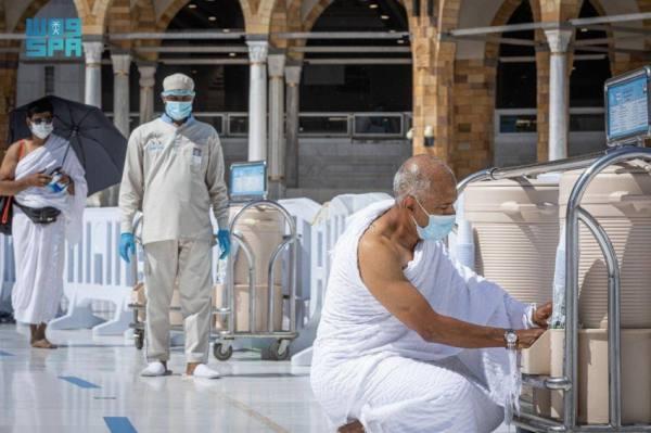 شؤون الحرمين توفر (250) حافظة ماء زمزم يعمل عليها  (1077) شخصًا