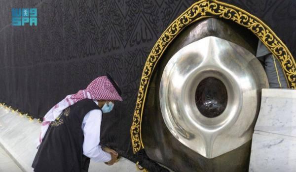شؤون الحرمين تصين إطار الحجر الأسود والركن اليماني