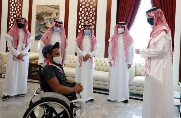 الأمير سعود بن جلوي يستقبل عبدالرحمن القرشي المُتوج ببرونزية الألعاب البارالمبية