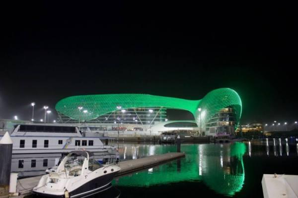 جزيرة إماراتية تكتسي بالأخضر احتفالا باليوم الوطني للمملكة