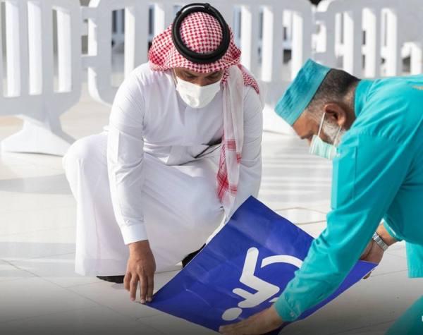 البدء في وضع مسارات لذوي الإعاقة الحركية في بعض مداخل المسجد الحرام