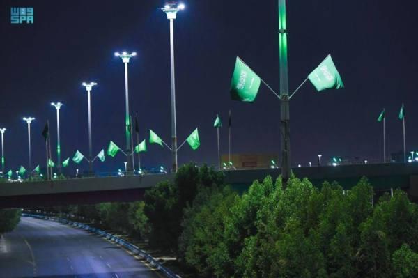 أمانة تبوك تزين الشوارع بالأعلام والإضاءة للاحتفال باليوم الوطني