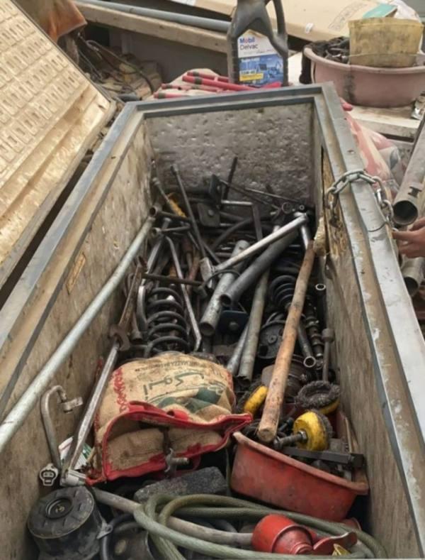 مصادرة 5 أطنان من المُعِدَّات وقِطع غيار السيارات المُقلَّدة بمسفلة مكة